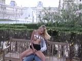 Pareja folla al aire libre en el museo Louvre de París