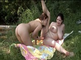 Lesbianas tetona follando en la naturaleza a la luz del día