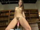 Dani Daniels se masturba su coño peludo con una máquina