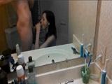 Mi novia me la chupa y me la follo en el cuarto de baño
