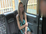 Polaca rubia follada en el asiento de atrás de un taxi
