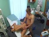 Enfermera pillada follando con su paciente en la consulta
