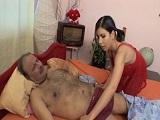 Se despierta y su hija se había metido con él en la cama...