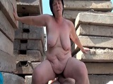 Abuela cachonda se folla a un obrero en medio de la obra
