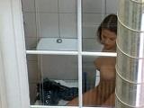 Espía a la vecina en el lavabo desde su ventana