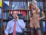 Esta secretaria madura sí que sabe desestresar a su jefe