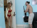 La madre de su colega entró en la habitación en lencería...