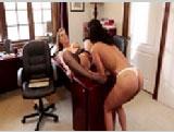 Pilladas jefa viciosa y empleada teniendo sexo lésbico en la oficina