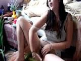 Colombiana caliente se hace un dedo mientras se graba por webcam