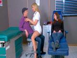Se folla a la doctora con su novia dormida