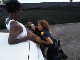 Acaban soltando al ladrón tras follárselo juntas al aire libre - Interracial