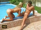La golfa de la vecina baja a la piscina con ganas de follar