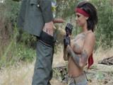 El sargento de maniobras porno con la nueva recluta