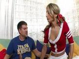 La cheerleader rubia se folla al nuevo jugador del equipo