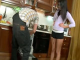 Asiática caliente echa mano al rabo del técnico del lavavajillas