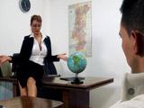 Profesora MILF de buenas tetas seduce y se folla a un alumno
