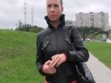 Un desconocido le ofrece dinero para dejarse follar sin condón