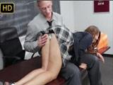 El profesor castiga a la jovencita mas rebelde de la clase