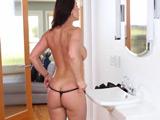 La madurita se pone sexy para recibir en casa a su amante