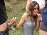 Milf casada haciendo un gangbang en el campo con mirones