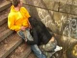 Zorrita holandesa se calienta en plena calle y acaba enculada