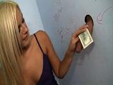 Rubia cachonda la chupa en el baño a cambio de dinero